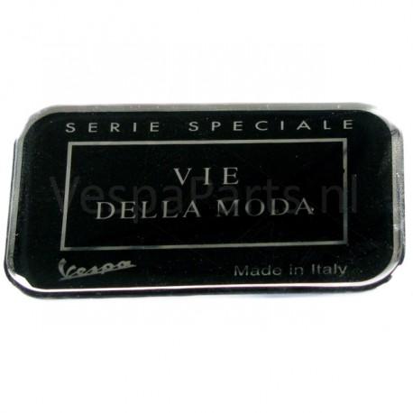 """08: Embleem """"VIE DELLA MODA"""" Vespa LXV"""
